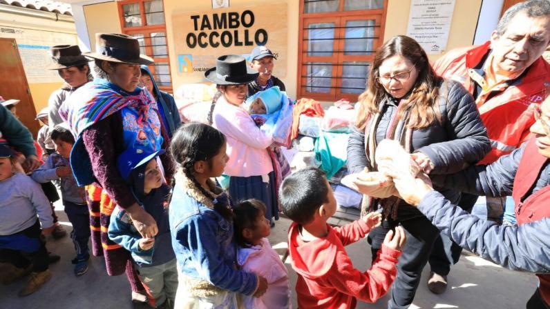 Ropa En Abrigo La Ministerio Ayacucho Mujer Entrega Distrito De T6cxqX