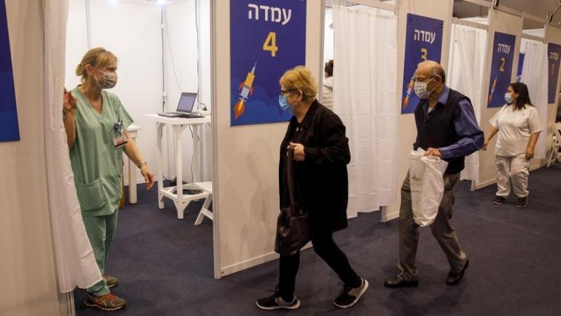 Israel: la vacuna redujo los contagios a la mitad